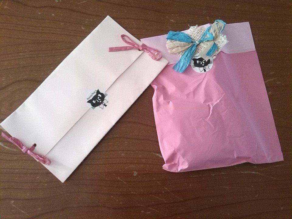 Il delizioso pacchettino contenente i premi vinti e la bellissima busta contenete i campioncini